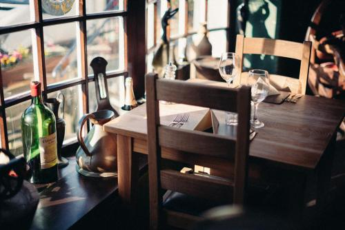 A restaurant or other place to eat at The Brown Horse Inn