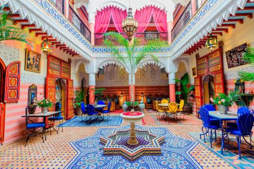 A restaurant or other place to eat at Riad bleu du Sud