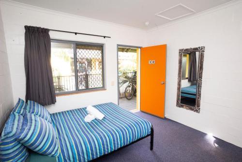 Säng eller sängar i ett rum på Cape Byron Hostel YHA