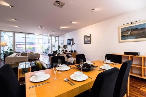 A restaurant or other place to eat at Lux 2 Bed Adelaide CBD Sleeps 6 *Spa*Netflix*Wifi