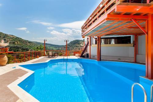 The swimming pool at or close to Estate Kares