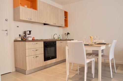 A kitchen or kitchenette at Ideale per famiglie e piccoli gruppi + WiFi + Garage