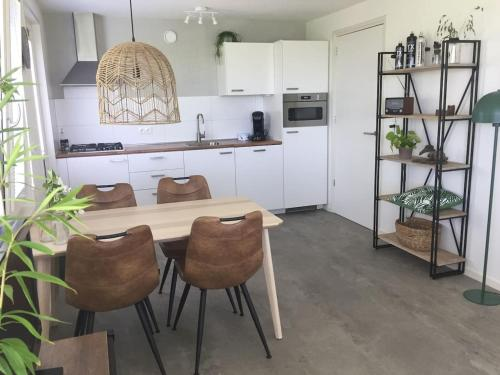 A kitchen or kitchenette at Bungalow Groen
