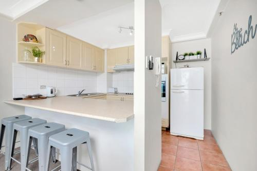 A kitchen or kitchenette at Royal Palm Resort - 4D
