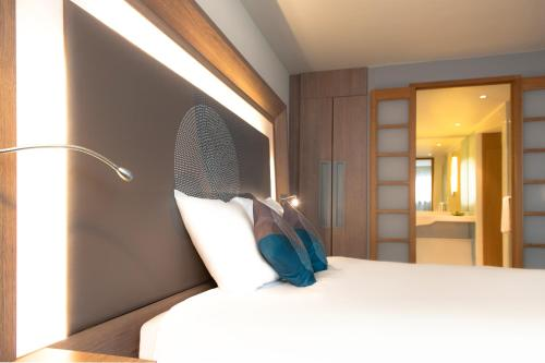 A bed or beds in a room at Novotel Mechelen Centrum