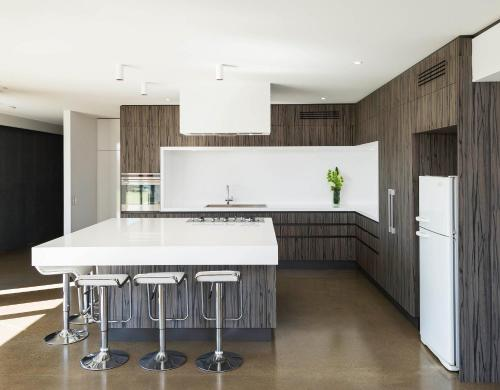 A kitchen or kitchenette at The Sinatra Holiday House - Couples Retreat