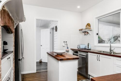 A kitchen or kitchenette at Anchored in Byron