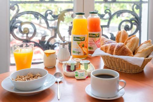 Breakfast options available to guests at Hotel de la Tour
