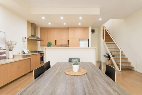 A kitchen or kitchenette at 3 Bedroom Executive Townhouse WIFI & Netflix
