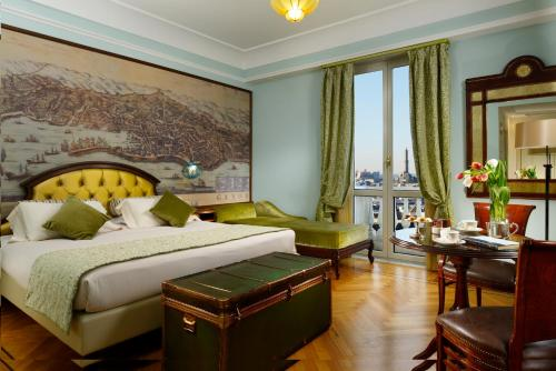 A bed or beds in a room at Grand Hotel Savoia