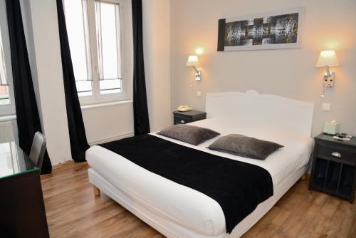 A bed or beds in a room at EtC...Hôtel - Strasbourg Hyper Centre