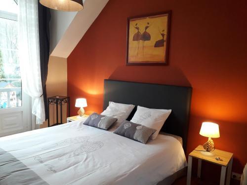 A bed or beds in a room at B&B La Grange De Thalie.