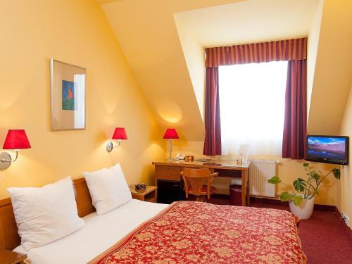 Кровать или кровати в номере Cloister Inn Hotel