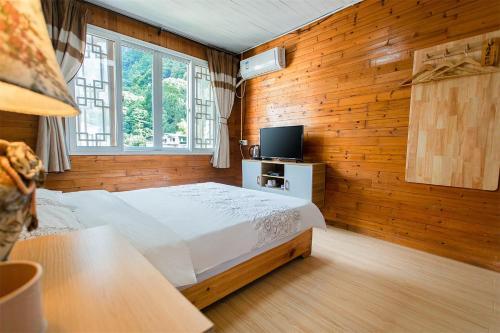 En eller flere senge i et værelse på Yangshuo Xingping This Old Place International Youth Hostel