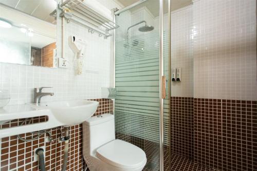 Et badeværelse på Yangshuo Xingping This Old Place International Youth Hostel