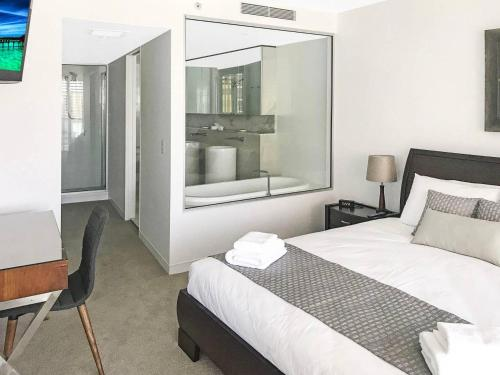 A bed or beds in a room at Oracle Broadbeach