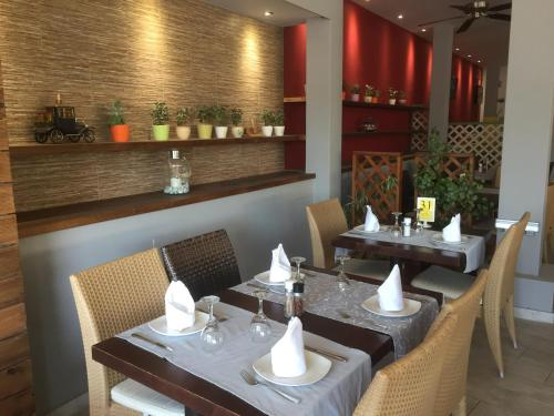 A restaurant or other place to eat at Caravel Hotel Apartments