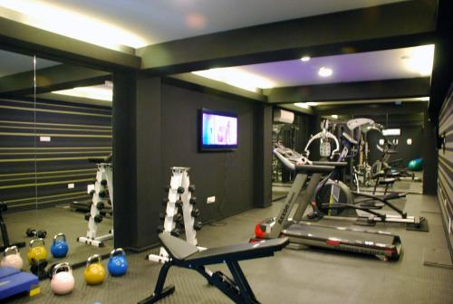 The fitness centre and/or fitness facilities at Rise Hotel