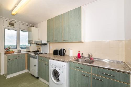 A kitchen or kitchenette at Double Room with Balcony and London Views