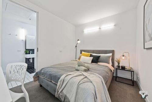 A bed or beds in a room at Melbourne City, Modern and Quite Apt VME031