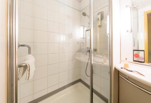 A bathroom at ibis styles Dax Miradour
