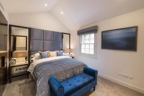 A bed or beds in a room at Spectacular Knightsbridge House Harrods 1 minute