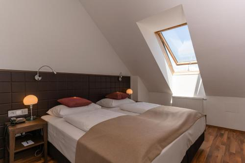 A bed or beds in a room at Hotel Sandwirth
