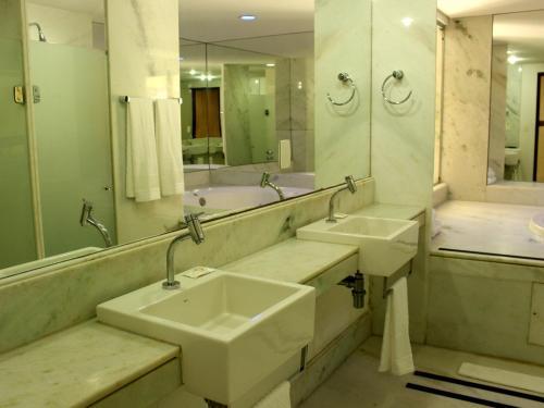 A bathroom at Natal Praia Hotel