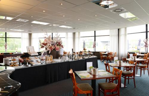 A restaurant or other place to eat at Amrâth Hotel Brabant
