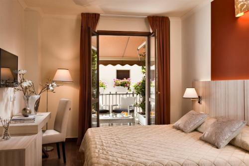 A bed or beds in a room at Hotel della Signoria