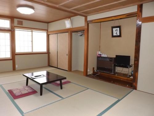 A television and/or entertainment centre at Togakushi- Kogen Minshuku Rindo