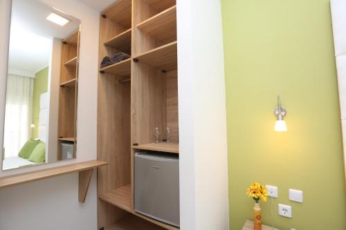 Кухня или мини-кухня в Sun Hotel