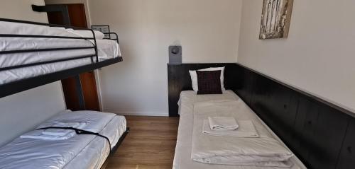 En eller flere køjesenge i et værelse på Hotel Frederikshavn