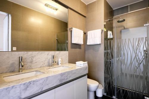 A bathroom at InkaHuset Miraflores Oceanfront