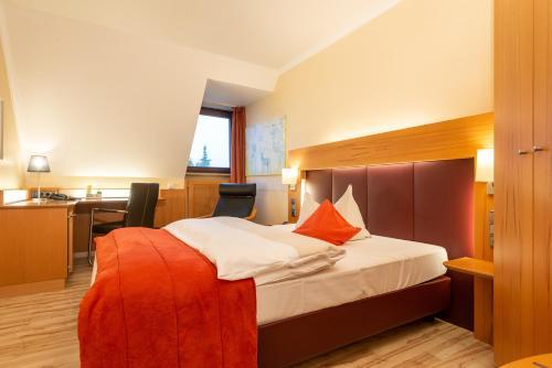 Ein Bett oder Betten in einem Zimmer der Unterkunft Avenon Privathotel Schwaiger Hof