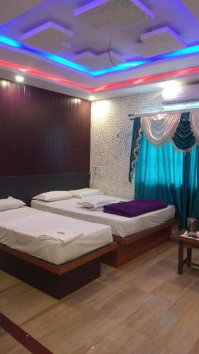 A bed or beds in a room at HOTEL HEERA PALACE