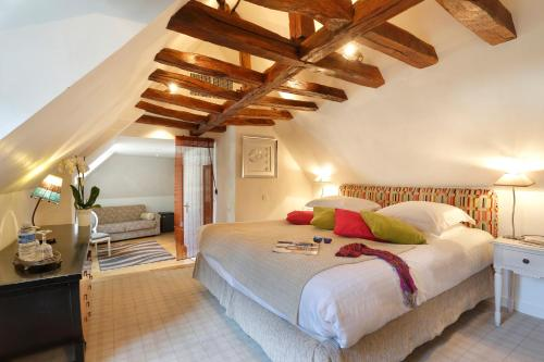 A bed or beds in a room at Auberge du Bon Laboureur Chenonceaux