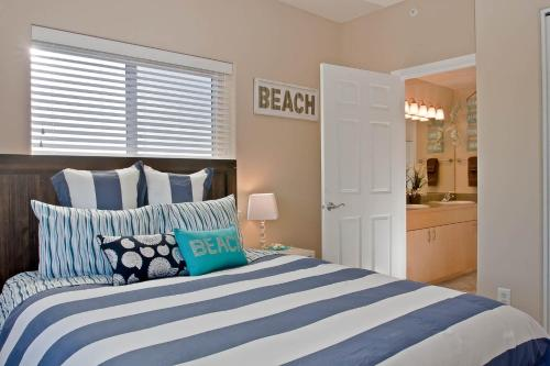 A bed or beds in a room at Outlook Condos at Oyhut Bay