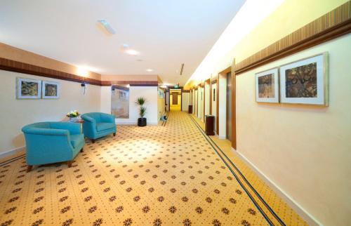 The lobby or reception area at City Seasons Al Hamra Hotel
