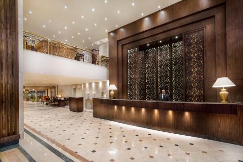 منطقة الاستقبال أو اللوبي في فندق بيراميزا سويتس القاهرة