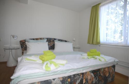 Ein Bett oder Betten in einem Zimmer der Unterkunft Schöne Höhe