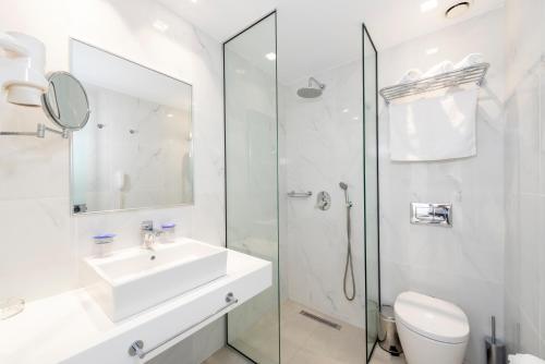 A bathroom at Apollon Windmill