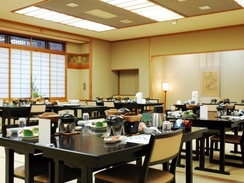A restaurant or other place to eat at Kinokuniya Ryokan