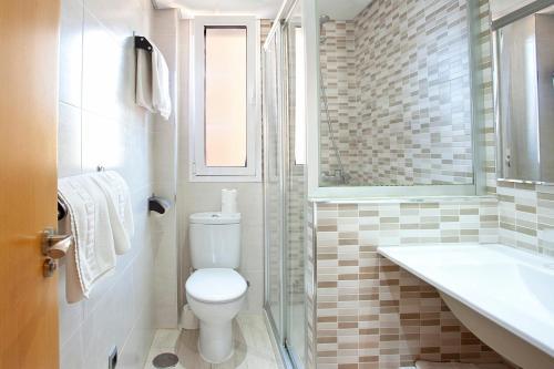 Een badkamer bij Apartamentos Ecuador Park