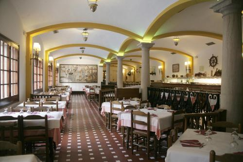 A restaurant or other place to eat at Hotel La Carolina