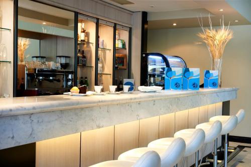 Novotel Genova City tesisinde lounge veya bar alanı
