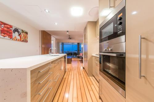 A kitchen or kitchenette at Marina Dreams- Airlie Beach