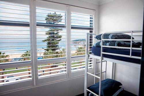 Ein Etagenbett oder Etagenbetten in einem Zimmer der Unterkunft Wake Up! Bondi Beach
