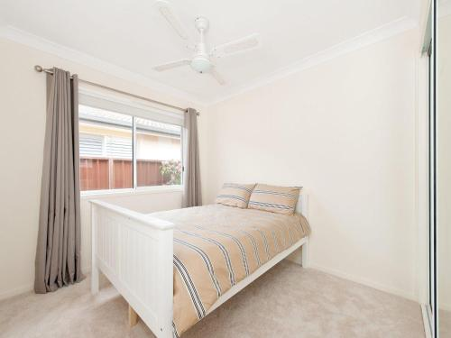 A bed or beds in a room at Cerulean Blue @ Fingal Bay