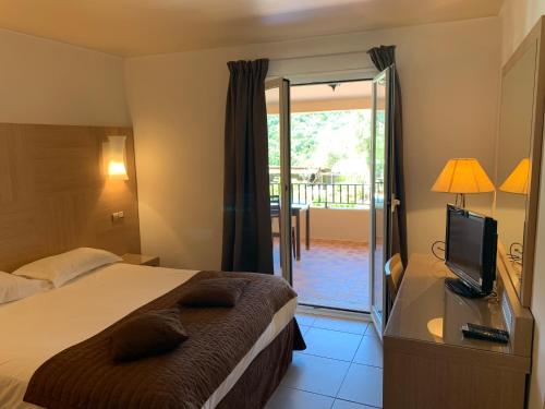 A bed or beds in a room at Domaine de l'Oriu